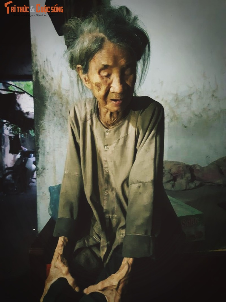 Nhoi long canh cu ba 88 tuoi mu loa nuoi con dien dai o Ha Noi