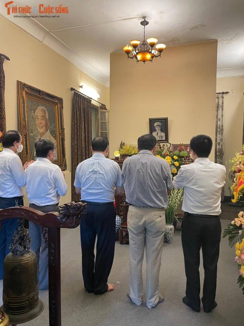 Chu tich VUSTA Phan Xuan Dung dang huong tuong nho Dai tuong Vo Nguyen Giap-Hinh-3