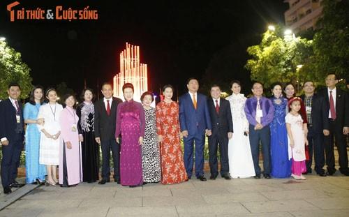 Chu tich Quoc hoi du khai mac duong hoa Nguyen Hue Tet 2017